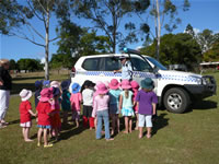 june_08_photos_kindy_b_group_with_police